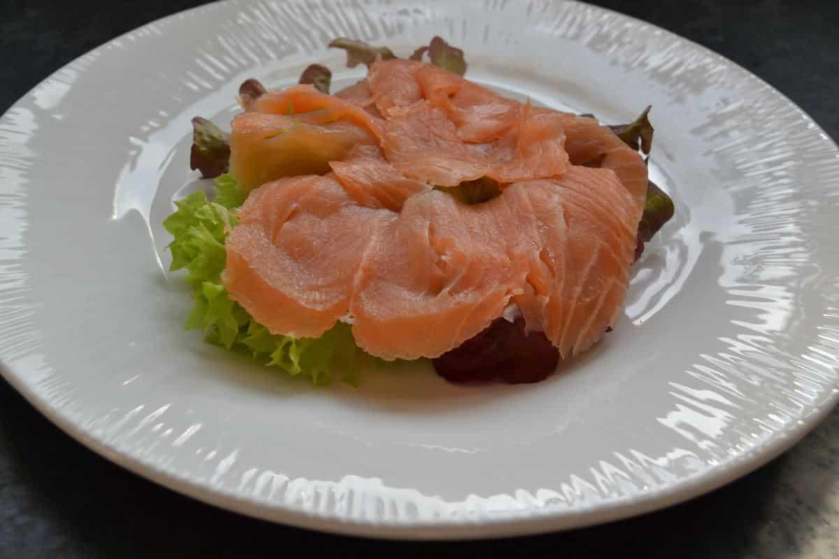 Toastbrötchen - Muffin mit Salat und geräuchertem Lachs belegt
