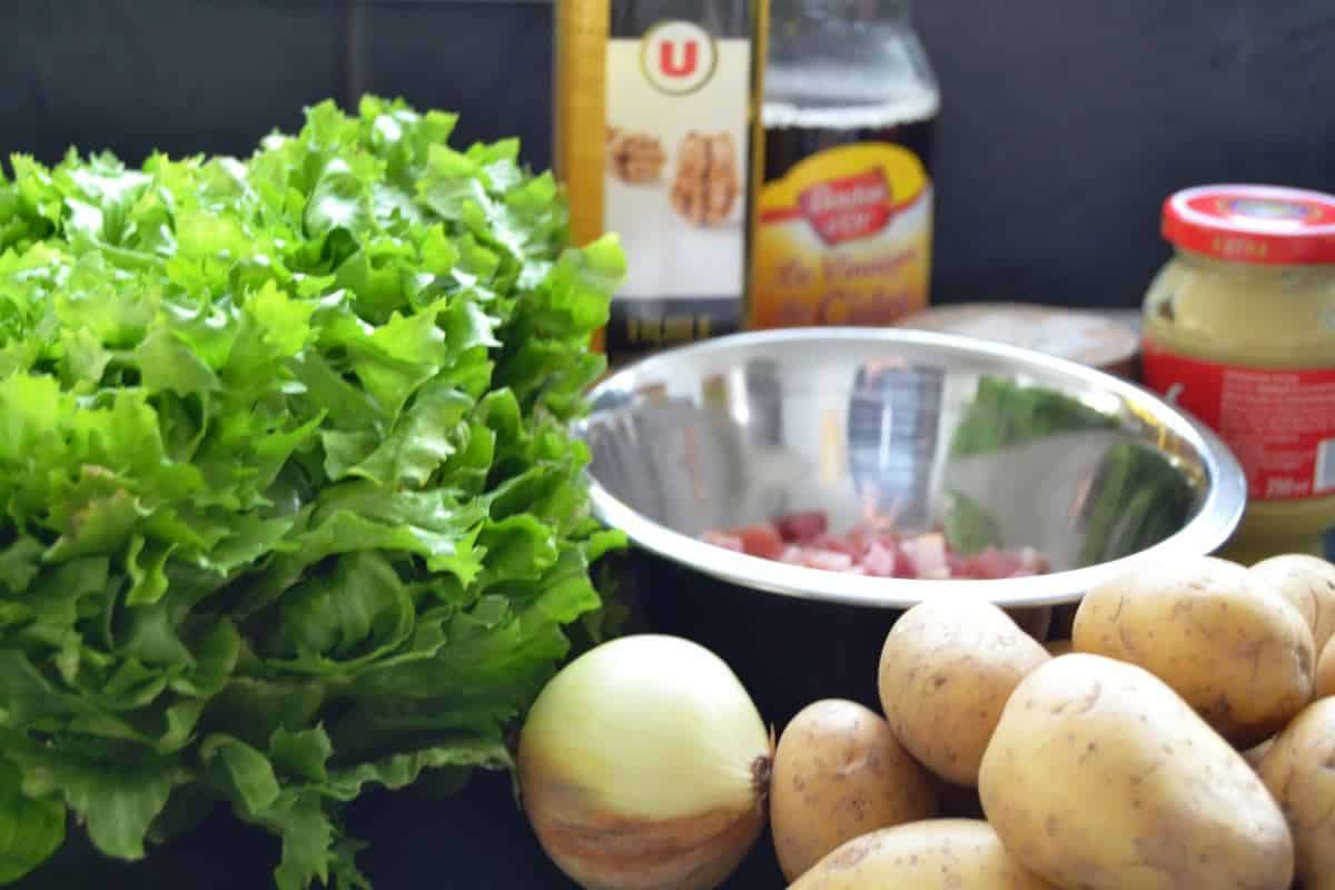 Endiviensalat , Kartoffeln , Zwiebel und Bacon