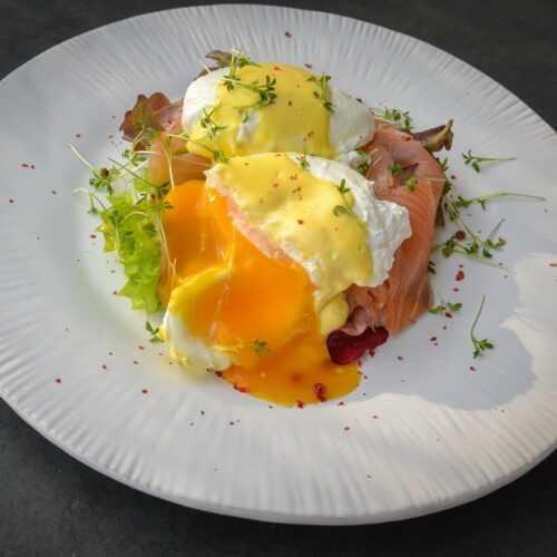 pochiertes Ei mit Lachs und Hollandaise