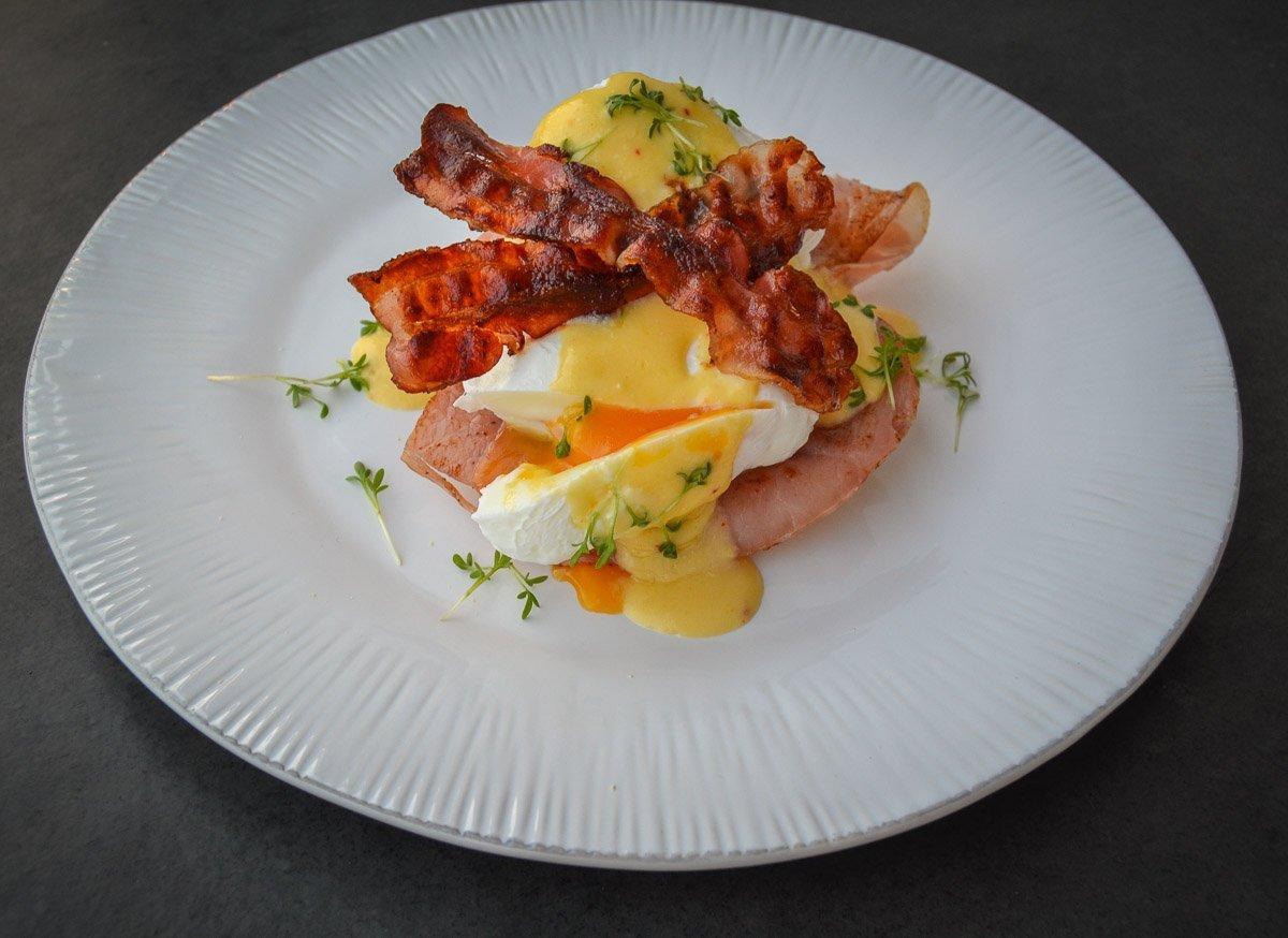 Leckere pochierte Eier Eggs Benedict mit Sauce Bacon und Sauce