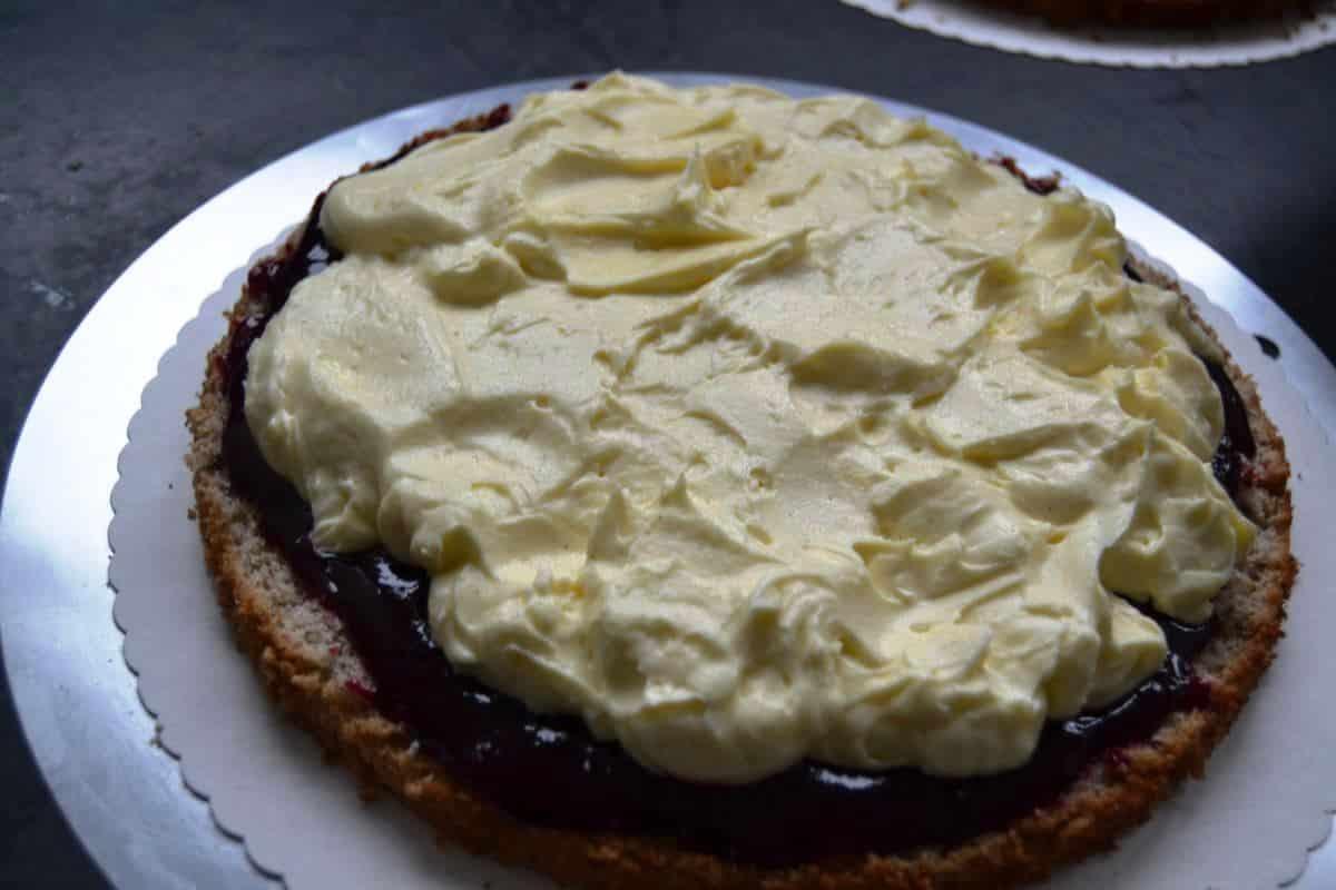 Torte mit Buttercreme füllen