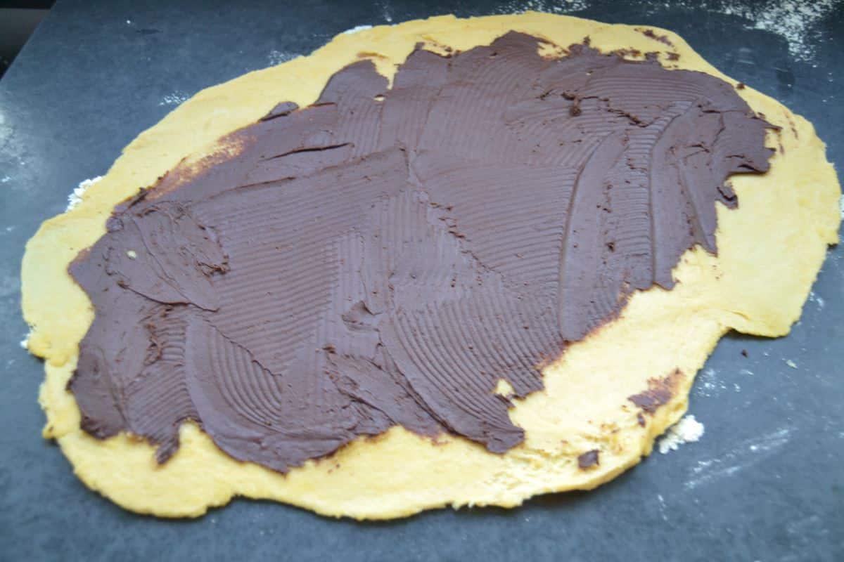 Hefeteig mit bestrichen Schokoladencreme