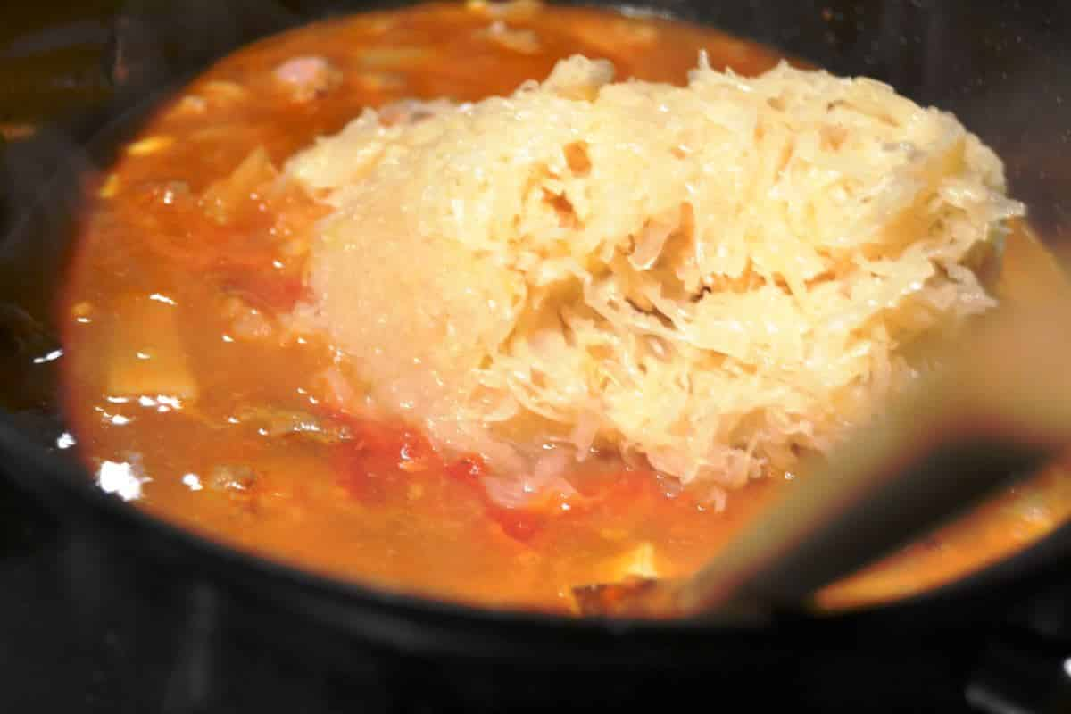 Ungarische Gulaschsuppe mit Sauerkraut