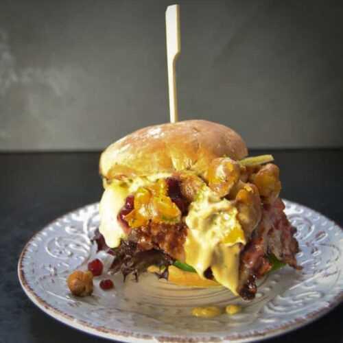 Burger Rezept mit Hirsch Pfifferlingen, Birne und Bacon