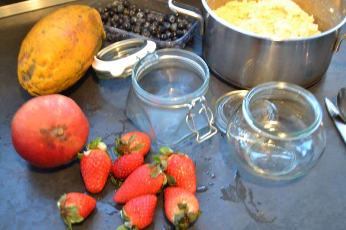 Granatapfel, Hirse und Erdbeeren