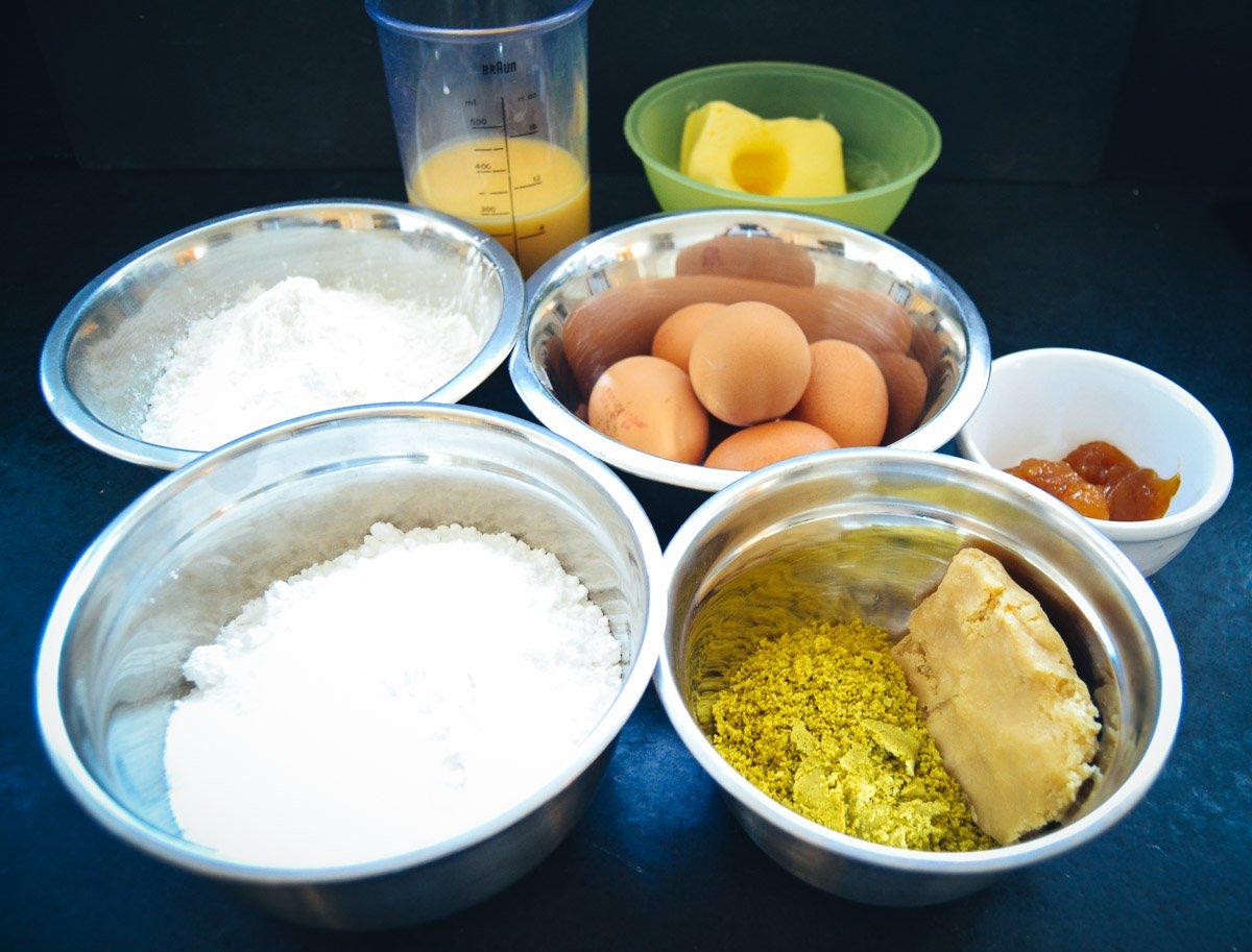 Zutaten Eierlikör, Mehl, Puderzucker, Eier, Butter und gemahlene Pistazien.