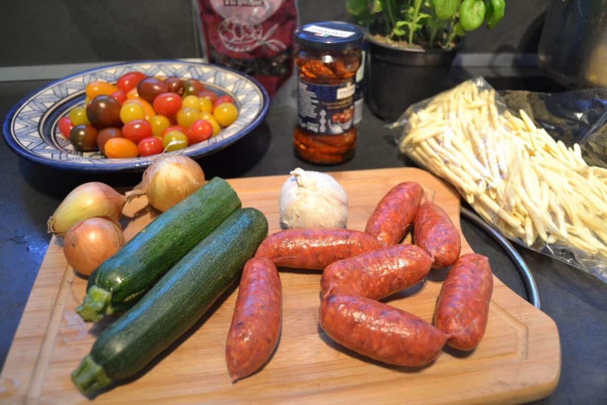 Chorizo, Zucchini, Zwiebeln, bunte Tomaten und Maccheroni