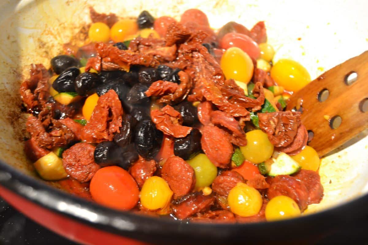 Chorizo, Tomaten, Oliven und Zucchini