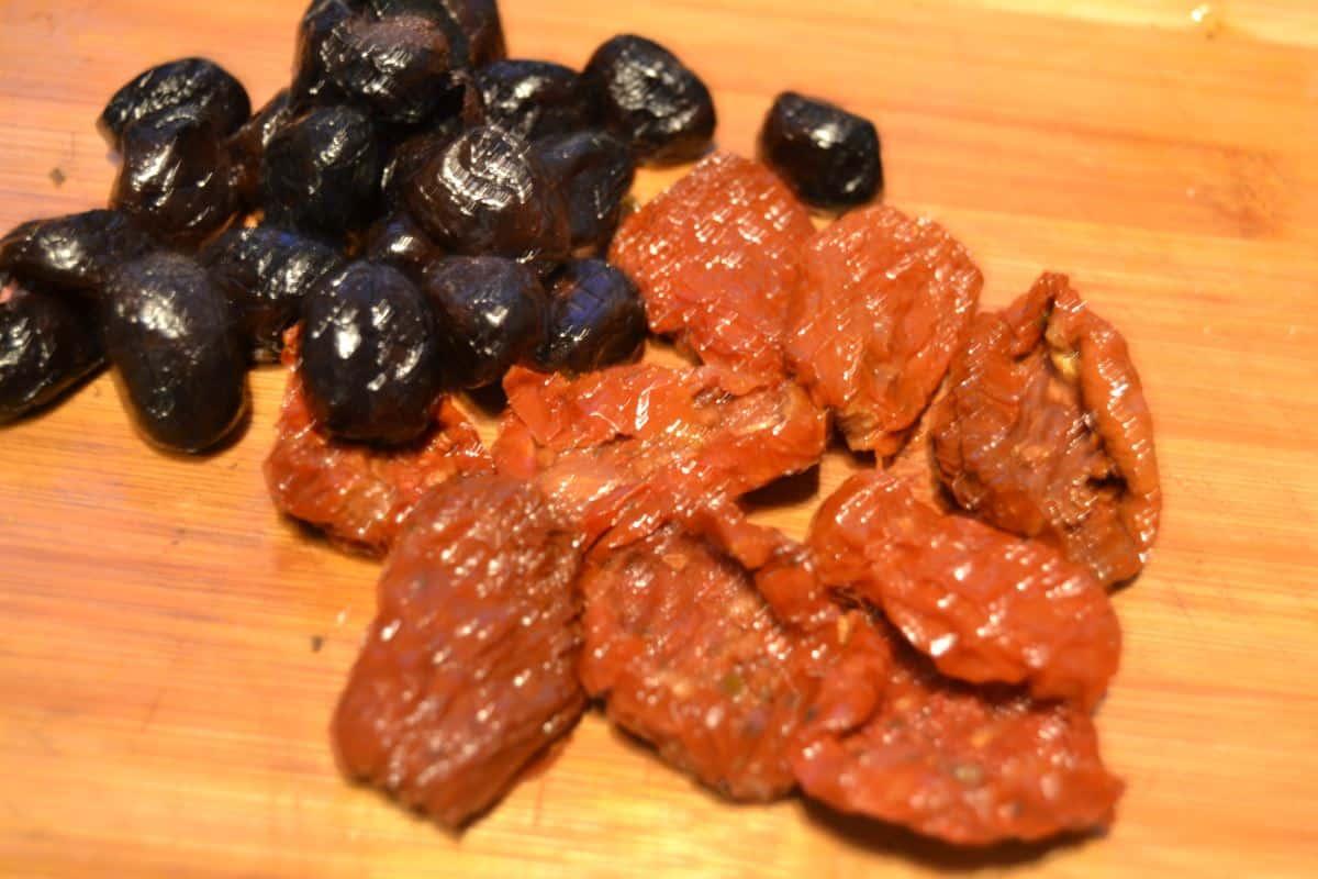 klein geschnittene eingelegte Tomate und Oliven