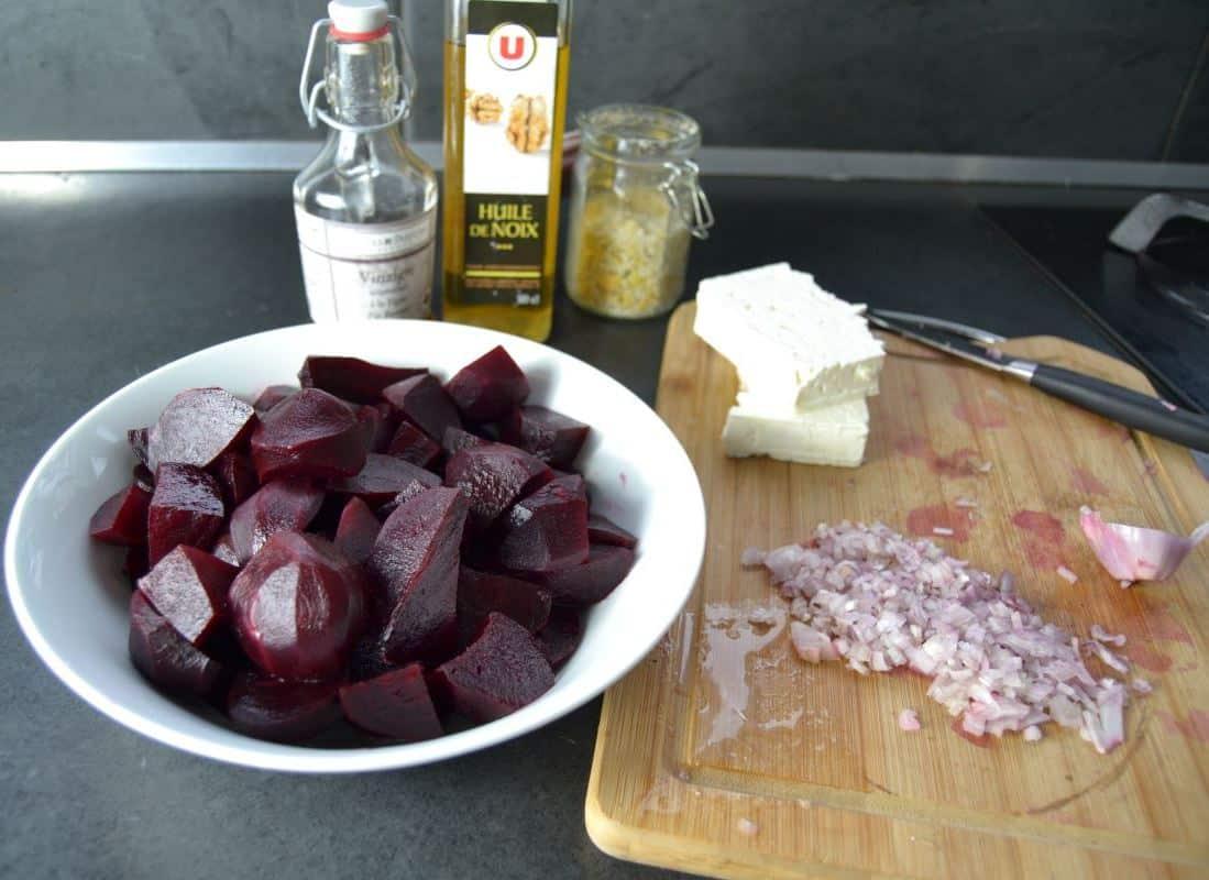 gekochte rote Bete , Feta, Schalotte , Öl, Essig