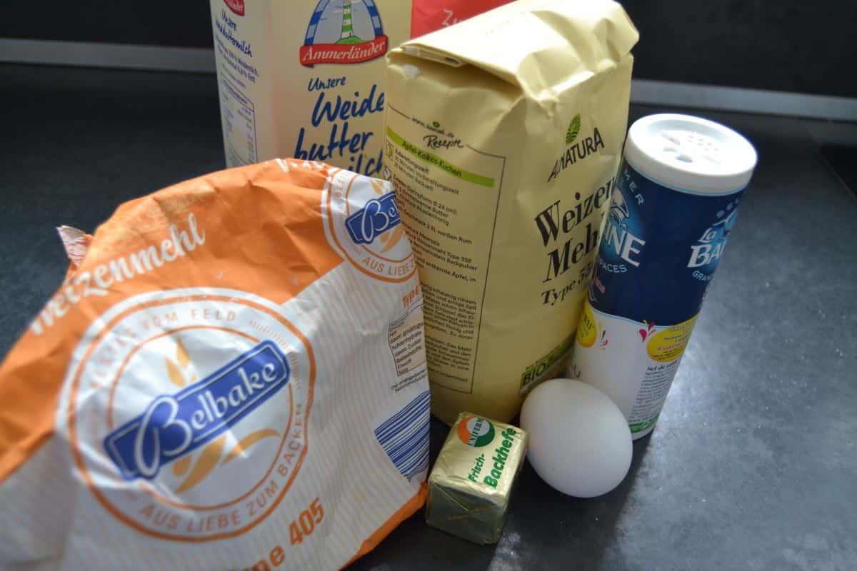 Mehl , Hefe , Buttermilch , Ei und Salz