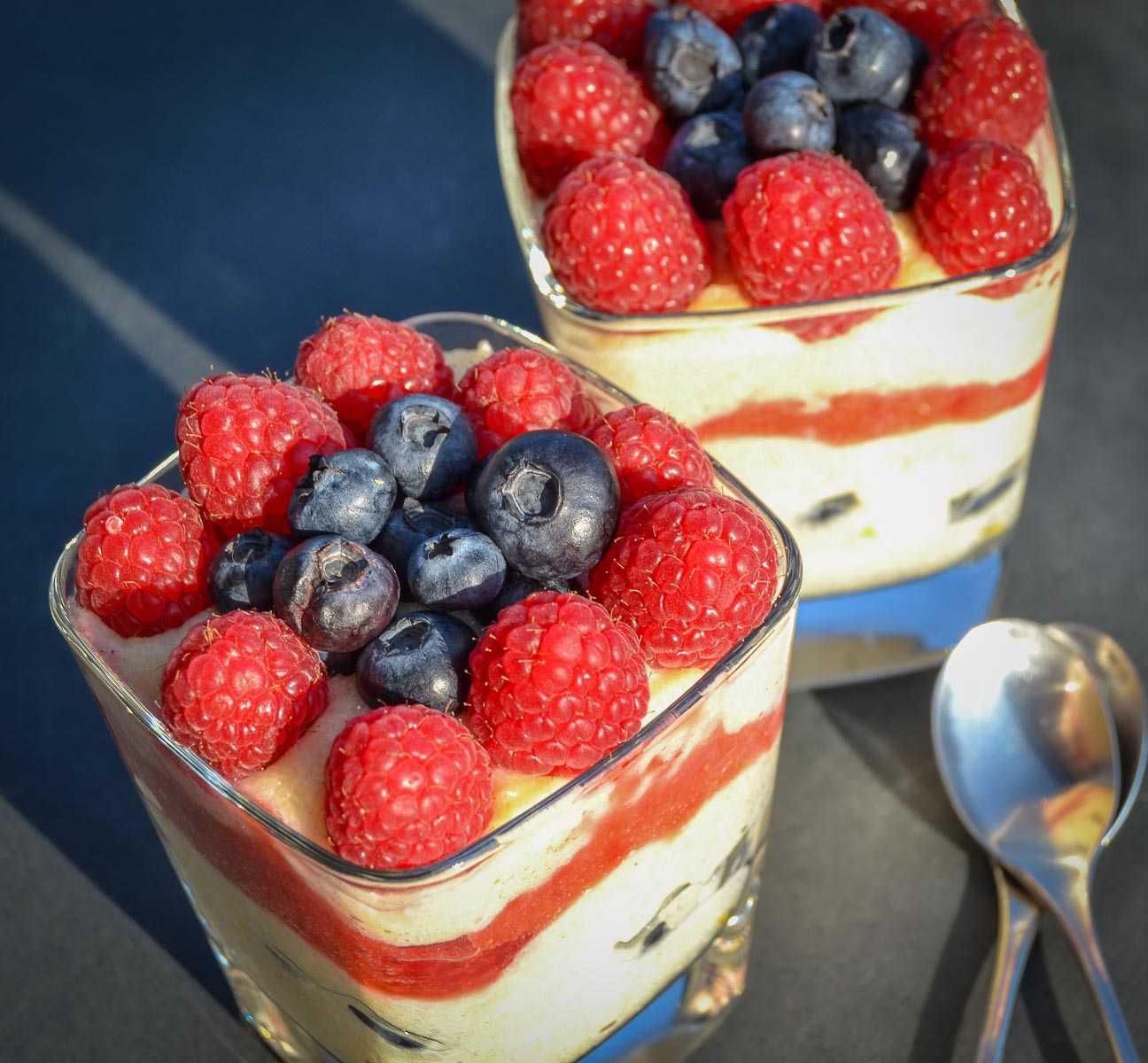 Grießbrei Rezept mit Himbeeren, Blaubeeren und Erdbeeren