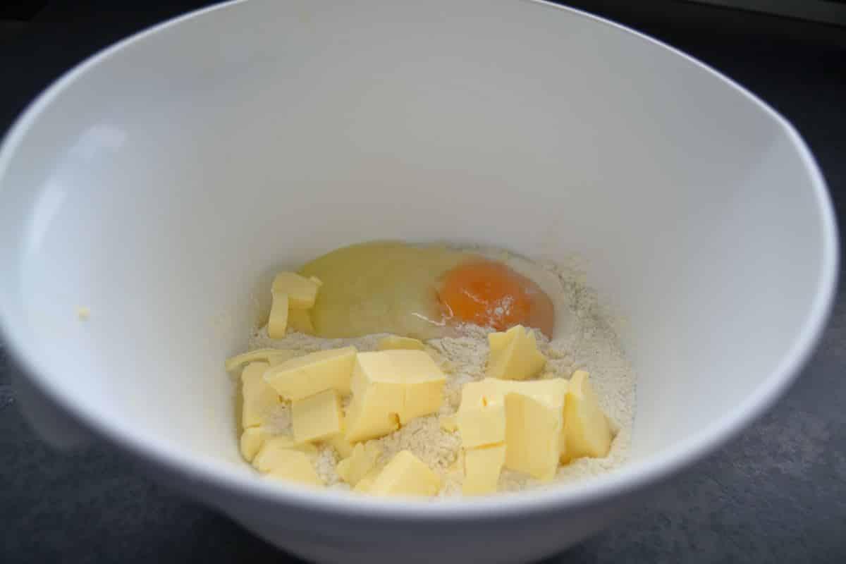 Mehl , Butter , Ei und Salz