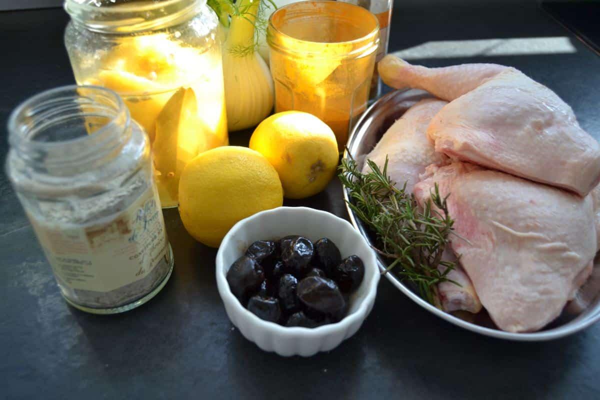 Hähnchenkeulen, Zitronen, Salzzitrone , Oliven und Fenchel