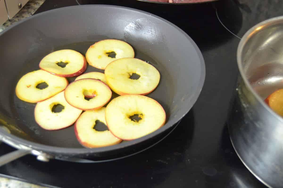 Apfelscheiben braten