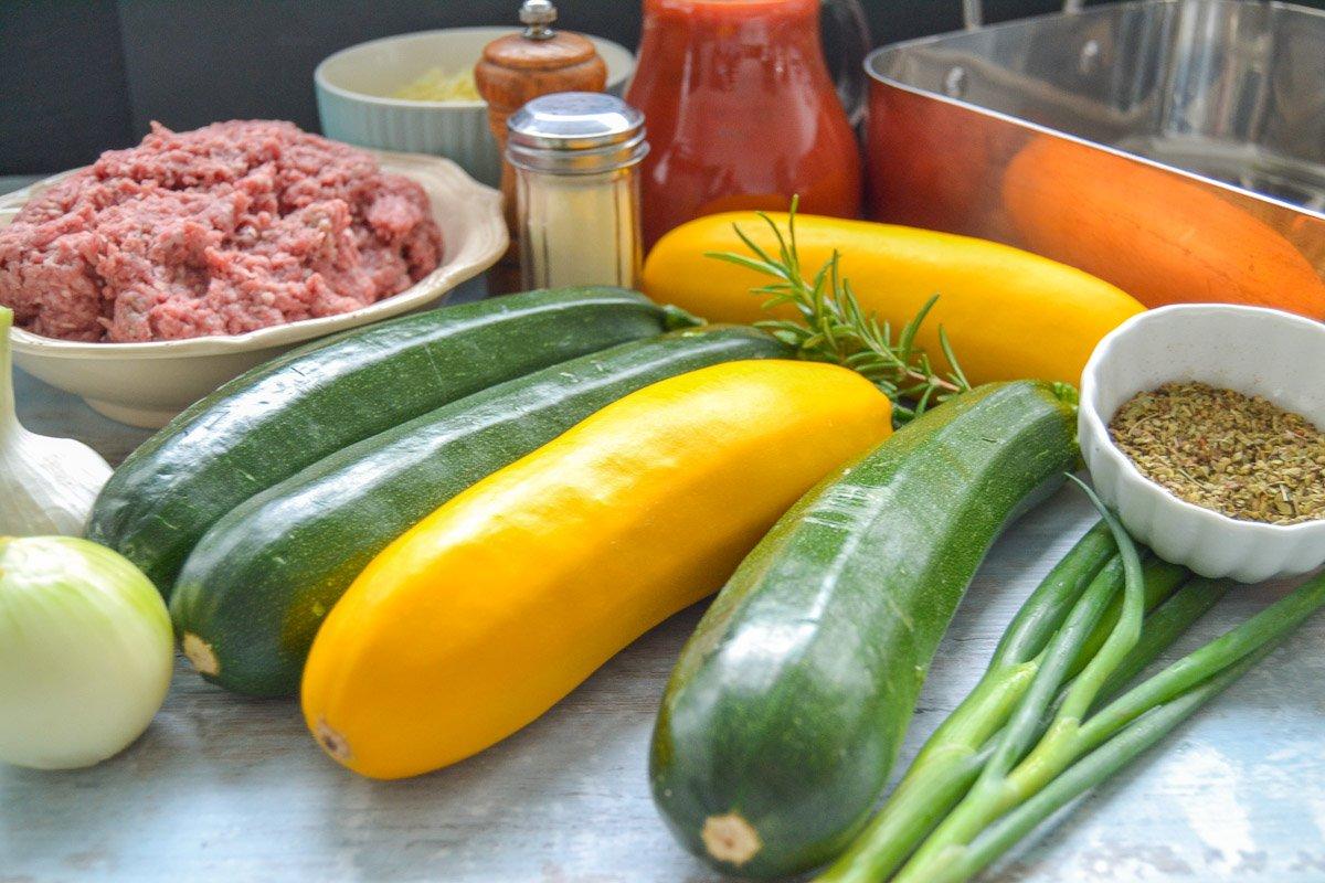 Zutaten gefüllte Zucchini, Hackfleisch, Tomatensauce, Zwiebel, Knoblauch und Kräuter