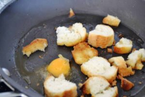 Baguette Stücke in Butter braten