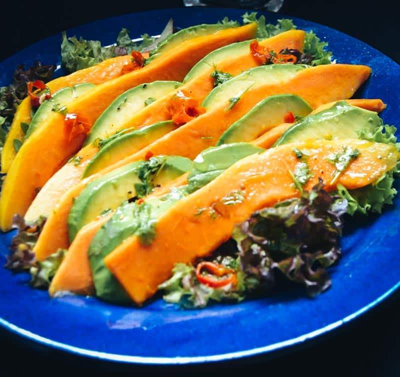 low carb Salat mit Papaya, Avocado und Garnelen