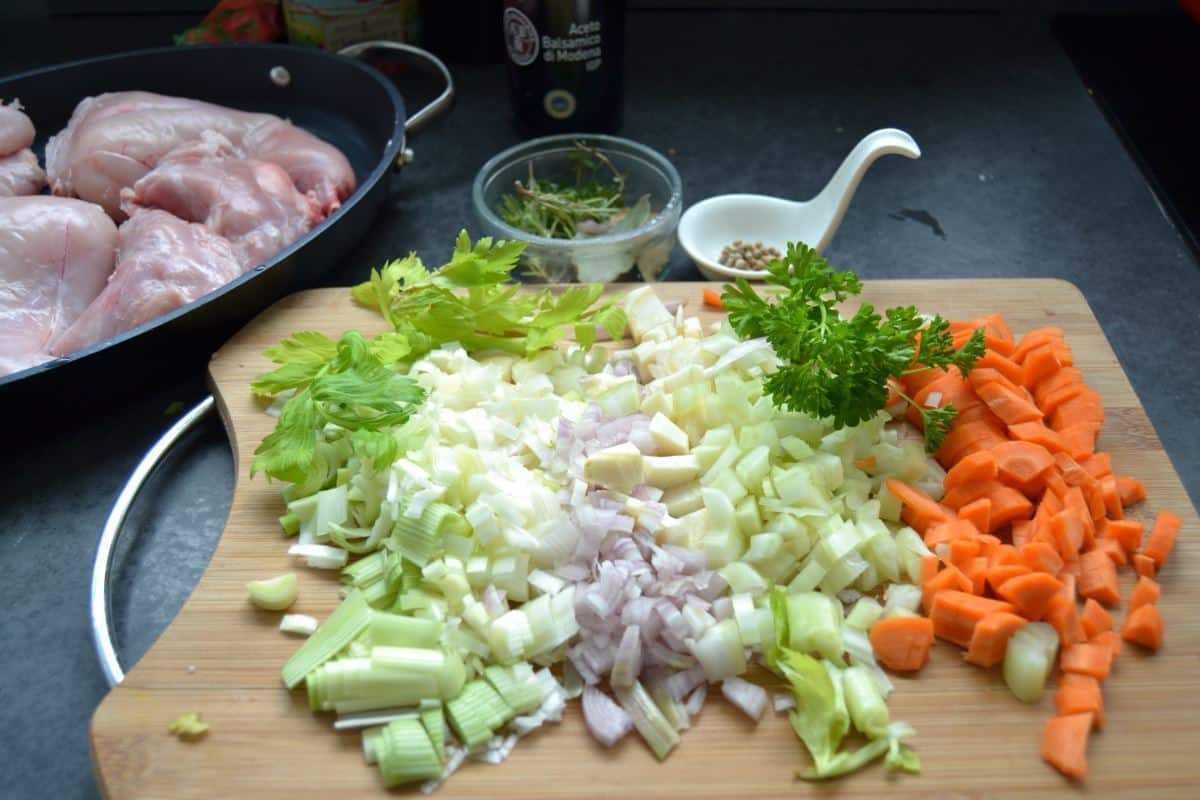 gewürfeltes Suppengemüse und Kräuter