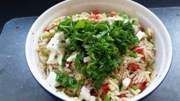 Kritharaki Salat mit Rucola, Tomate, Paprika, Feta und Gurke