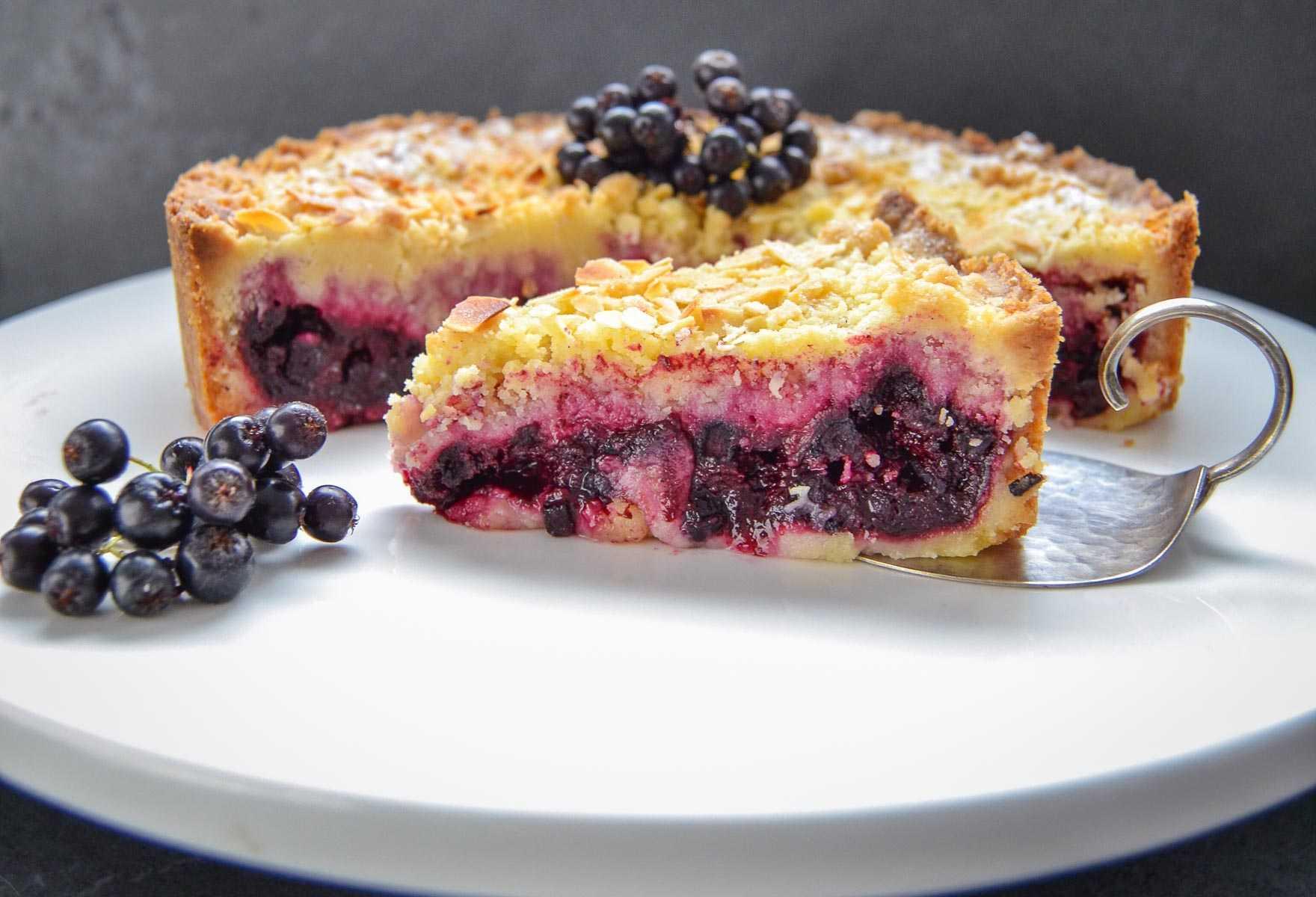 Aronia Streuselkuchen mit frischen Beeren