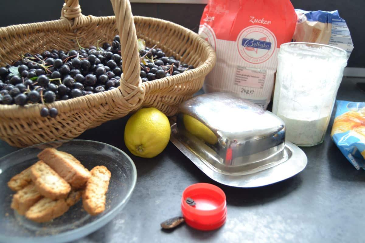 Aroniabeeren, Zucker , Zitrone , Butter und Tonkabohne