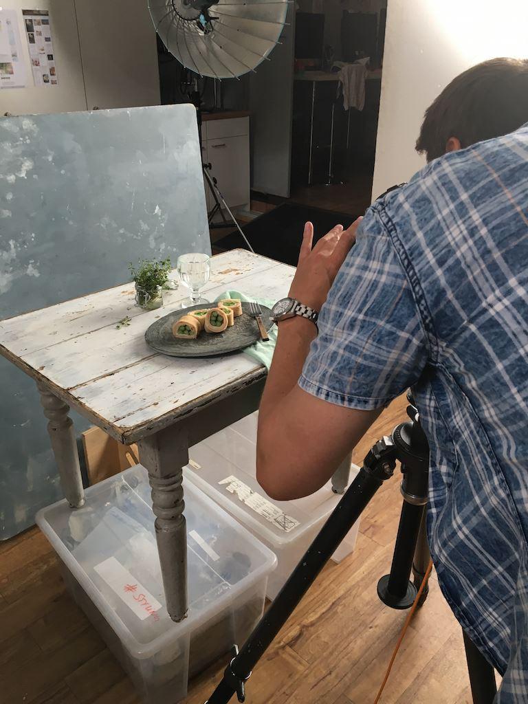 Foodphotografie auf dem Teller Crepe mit Comté Spargel , und Schinken Rollen