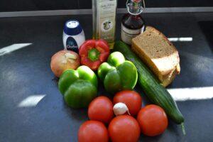 Tomaten , Paprika , Gurke , Zwiebel , Knoblauch , Brot