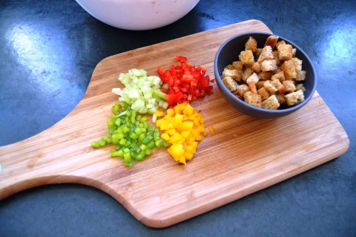 Brotwürfel , und Paprika , Gurke , gewürfelt
