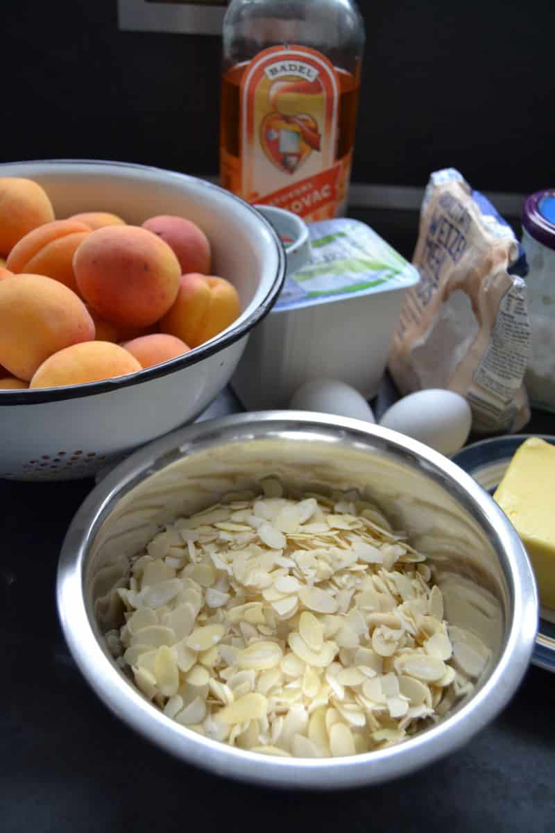 Aprikosen, Mandeln, Eier , Quark und Butter