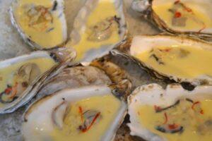 Austern in einer Sahne -Weinsauce
