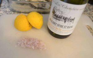 Schalottenwürfel, Weißwein. Zitrone