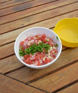 Tomaten-Zwiebelw?rfel mit Basilikun und Petersilie