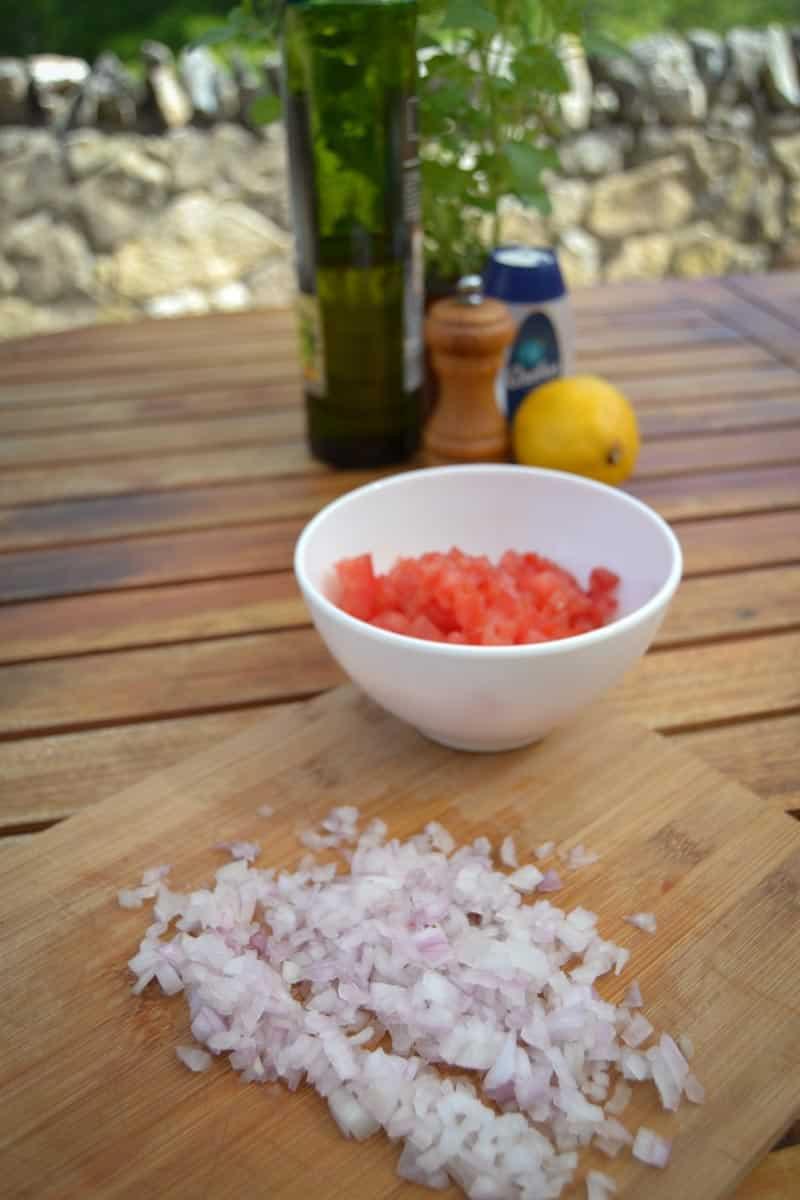 gewürfelte Tomaten und Zwiebelwürfel für das Dressing