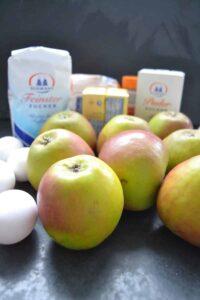 Zucker, Butter, Äpfel, Puderzucker und Eier