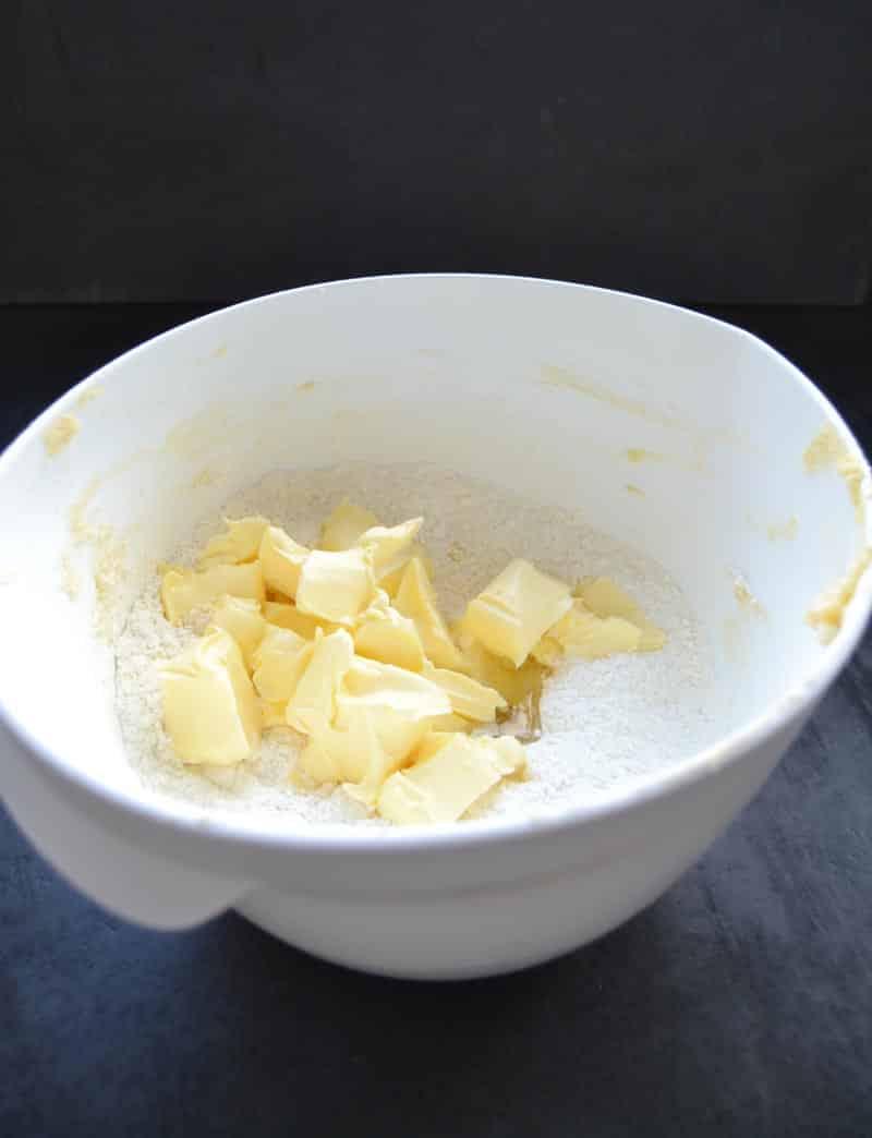Mehl , Zucker und Butter für Streusel