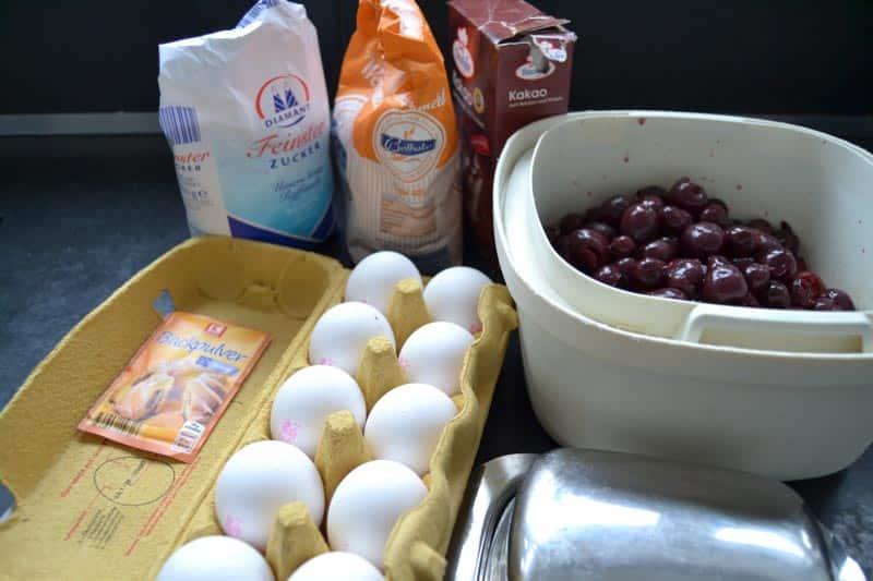 Eier, Kirschen, Mehl , Zucker und Butter