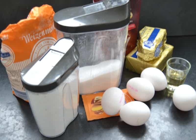 Eier, Mehl, Zucker, Backpulver und Kakao