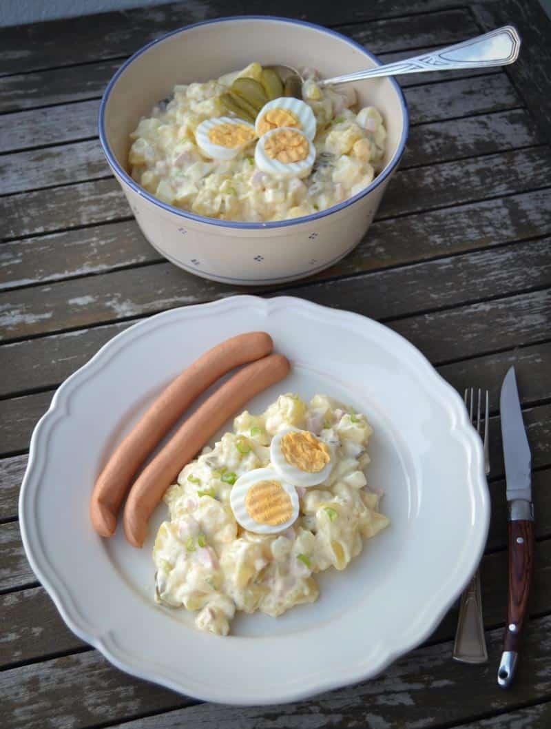 Kartoffelsalat mit Mayonnaise, Eier, Gurke, Zwiebel und Würstchen