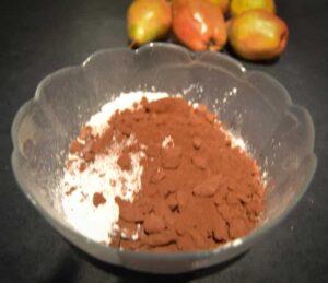 Mehl. Speisestärke , Backpulver und Kakao vermischen