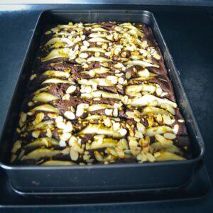 Schokoladen-Birnenkuchen mit Mandeln und Pistazien