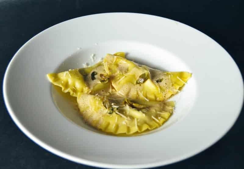 Steinpilz-Ravioli mit Salbei, Pilzschaum und Parmesan
