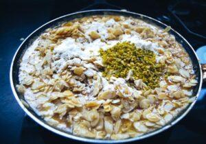Mandelblätter, Pistazien mit Butter , Panela und Honig anbraten