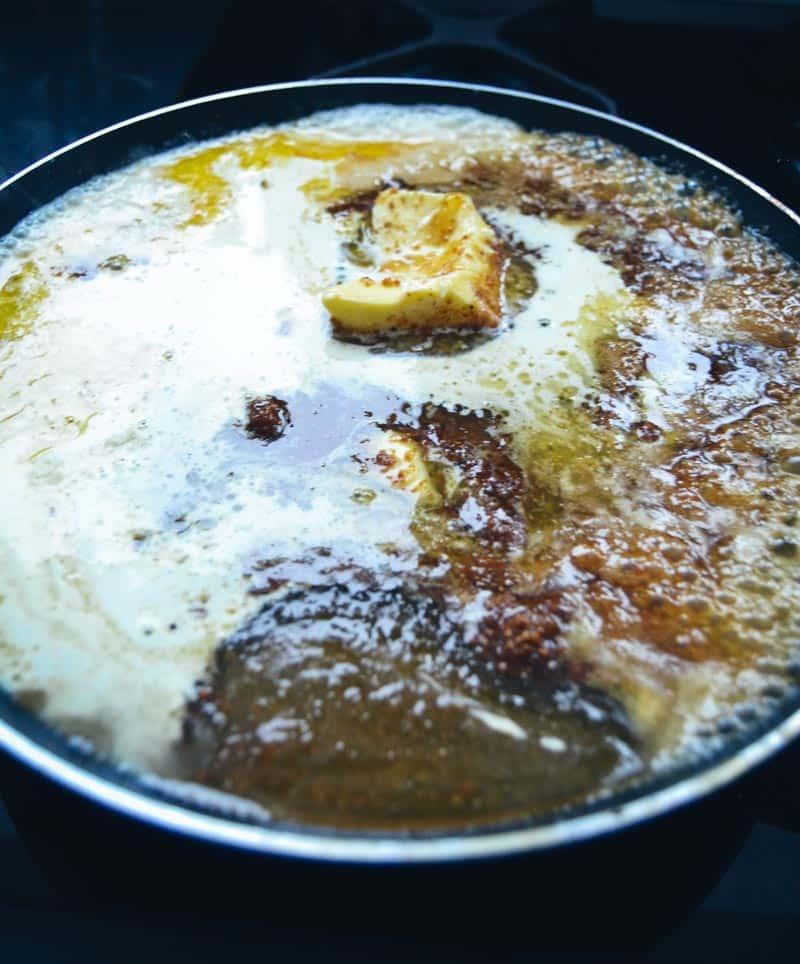 Butter , Panela und Honig schmelzen
