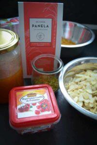 Kandierte Kirschen, Panela , Mandelblätter, Butter und Honig