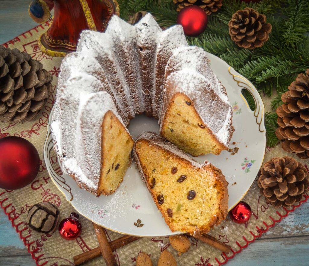 weihnachtlicher Stollen Gugelhupf mit Puderzucker