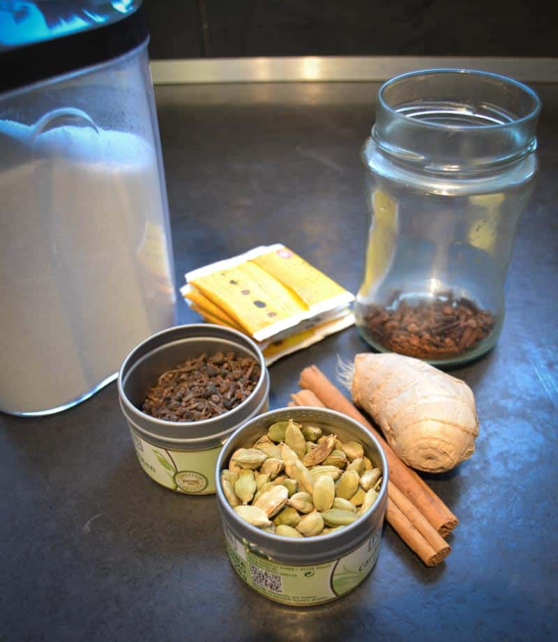 Kardamon, Zimtstange, Ingwer, Zimtblüten, Nelken und Zucker