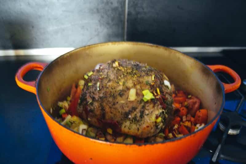 Lammkeule mit Suppengemüse anbraten