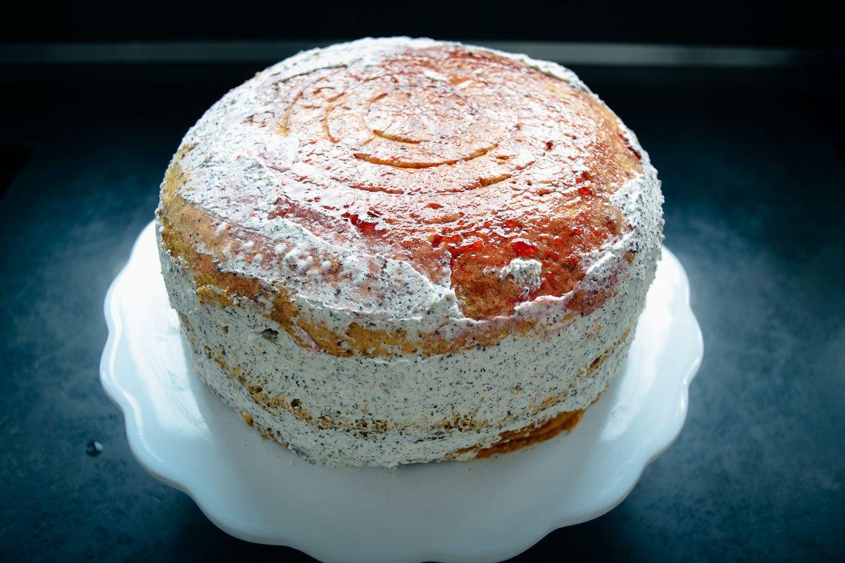 Biskuit Torte mit Mohn Sahne und Kirschen