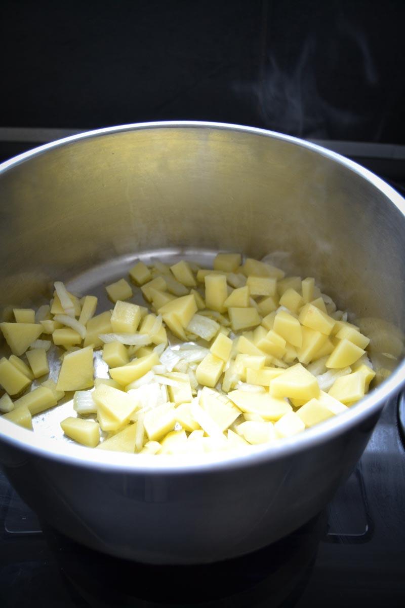 gewürfelte Kartoffeln , Zwiebeln und Knoblauch